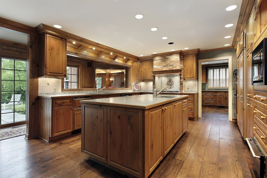 Traditional kitchen design with oak cabinets