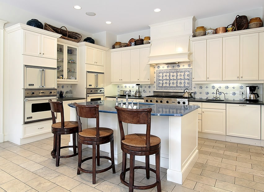 White l shaped kitchen with tile backsplash