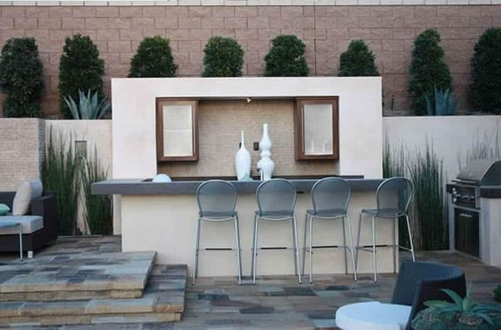 Outdoor patio kitchen and bar