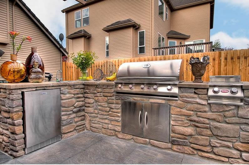 30 outdoor kitchen ideas designs picture gallery for Outdoor kitchen roof structures