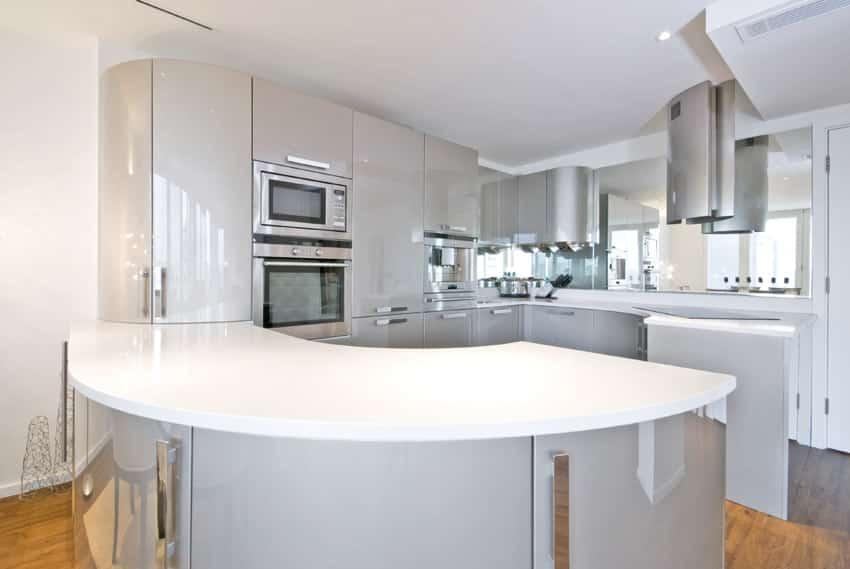 Curved island in modern kitchen
