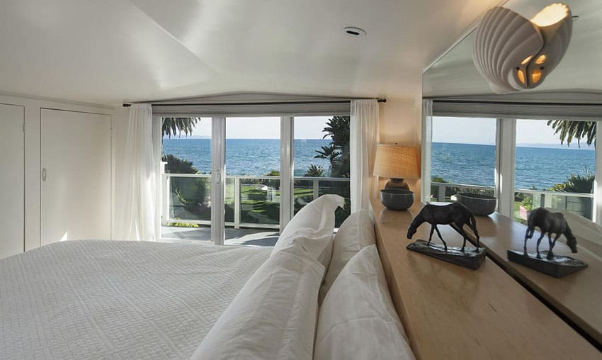 Oceanview luxury bedroom with views fom bed