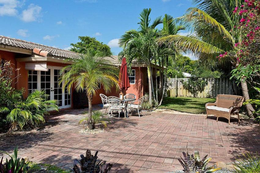 Tropical patio design with bricks