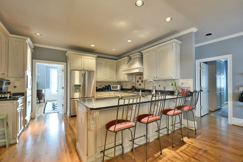 Traditional kitchen with breakfast bar peninsula and cream color cabinets