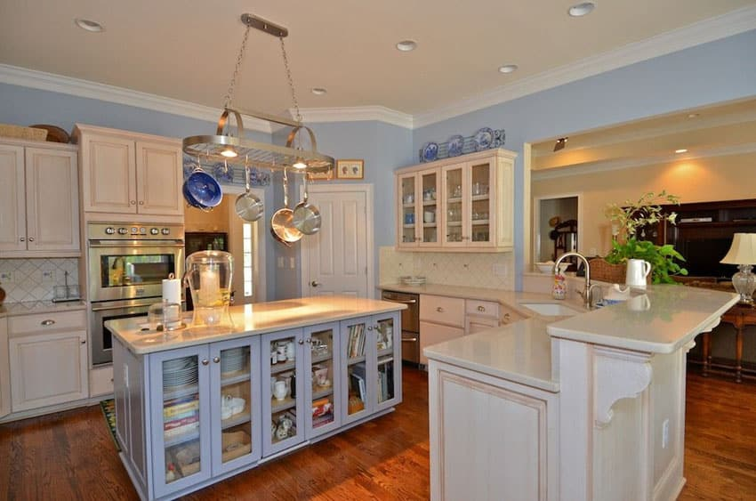 26 farmhouse kitchen ideas decor design pictures for Blue and white country kitchen ideas