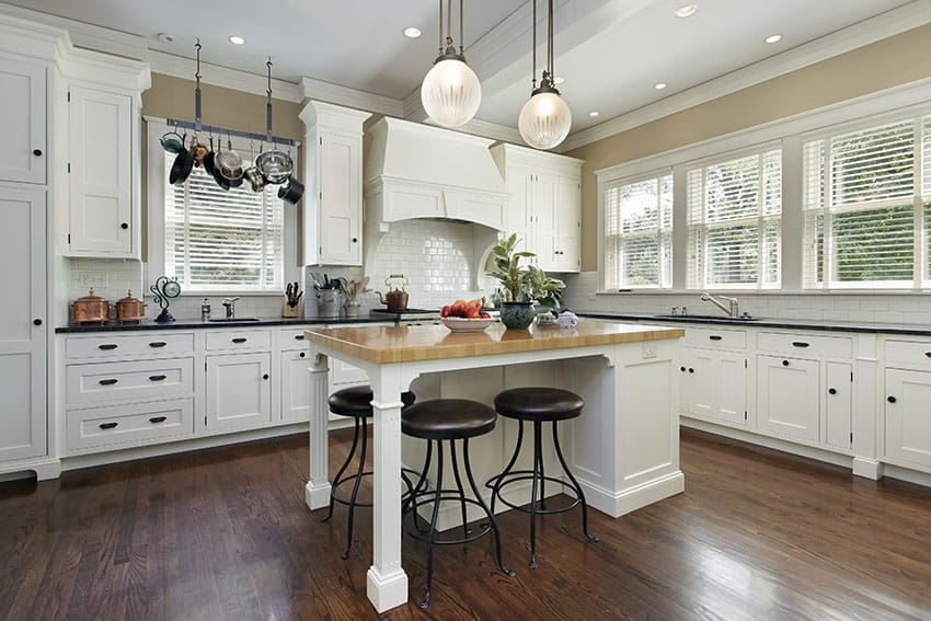 Country kitchens with white cabinets for Country kitchen cabinets