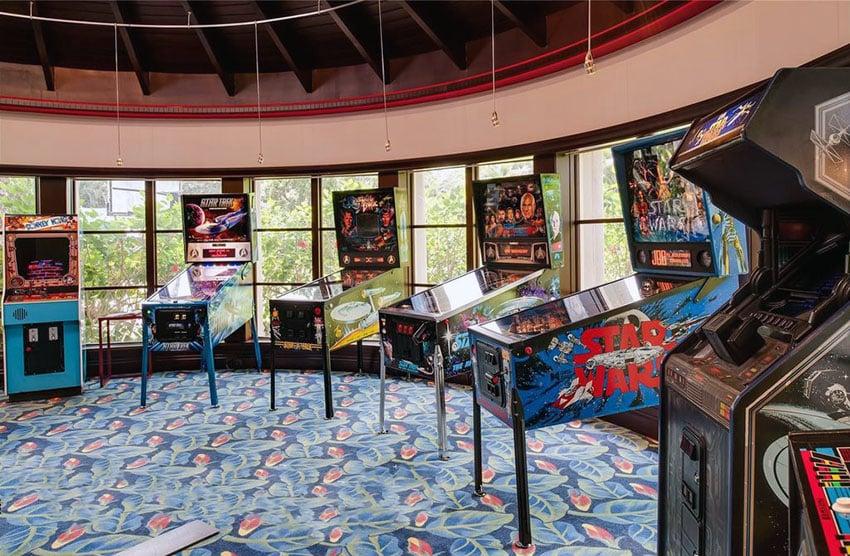 Pinball machine game man cave