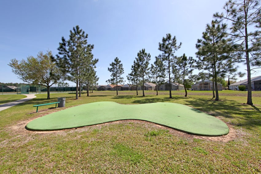 Outdoor synthetic turf putting green